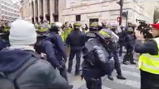 Gelbwesten in Paris: Bilder die man so nie im TV sehen wird ..