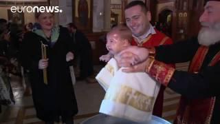 Georgien - Brutale Taufe eines wehrlosen Baby