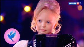 """Kleines Mädchen spielt """"Blue Canari"""""""