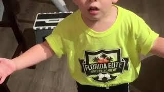 Kleiner Junge beschwert sich beim Papa, weil Mama ihm keinen Kuss gab heute
