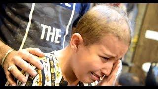 Arabischer Friseur macht kleines Mädchen glücklich