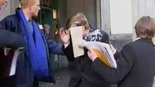 Bill Gates in Brüssel: Menschen werfen ihm Torten und Kuchen zu vor Begeisterung !