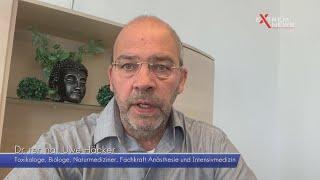 Dr. rer. nat. Uwe Häcker zeigt ein Experiment zu Mund- Nasen-Schutzmasken