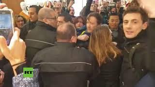 Gelbwesten besetzen zum Einjährigen Bestehen Luxusmall Galeries Lafayette im Herzen von Paris