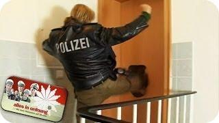 Polizei tritt Tür ein und stürmt Wohnung | Alles In Ordnung im BUNDES-TERRORLAND