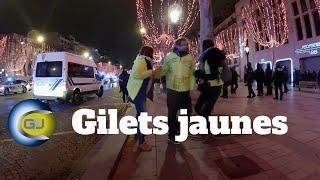 Arrestation musclée d'un couple gilet jaune. Paris, Champs-Élysées.