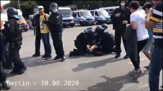 BERLIN DEMO: FRAU WIRD VON 4 POLIZISTEN BRUTAL GEQUÄLT !!! (Re-Upload)