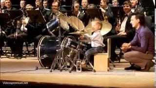 öhem.... 3Jähriger speitl als Schlagzeuger in einem Klassik-Orchester mit...klar.