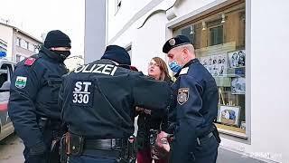 POLIZEI WOLLTE FRAU VERHAFTEN, weil sie beim Spaziergang keine Maske trug