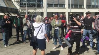 Kundgebung für Beate Bahner vor dem Polizeirevier in Heidelberg-Bergheim