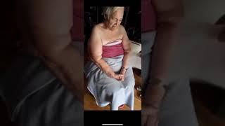 Heftig - Impfserum löst starken Magnetismus aus - Bei alter Frau bleibt so ziemlich alles kleben.