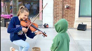 Karolina Protsenko Violinistin bekommt Besuch von kleinem Jungen, der sie küsst