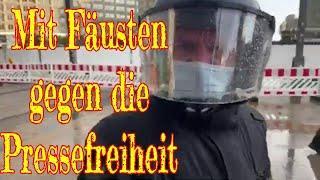 Mit Fäusten gegen die Pressefreiheit: Berlins Polizei im Einsatz....