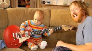 Baby spielt e-Gitarre - OMG