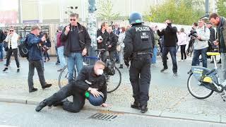 Polizei Kommissar Schwalbe auf dem Weg zur Corona-Info Tour Berlin