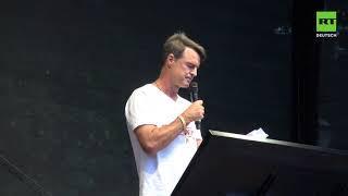 Ex-Nationalspieler Thomas Berthold spricht auf Corona-Demo in Berlin