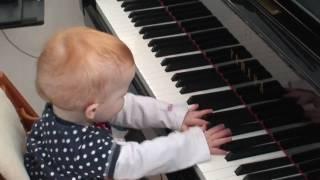 1 Jahr altes Kind hat schon Musikalität