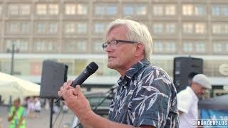 Hermann Ploppa spricht auf dem Alexanderplatz in Berlin