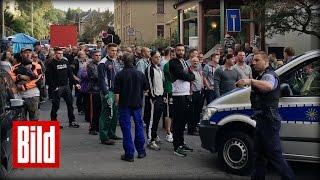 Asylgegner blockieren Zufahrt zu Asylheim